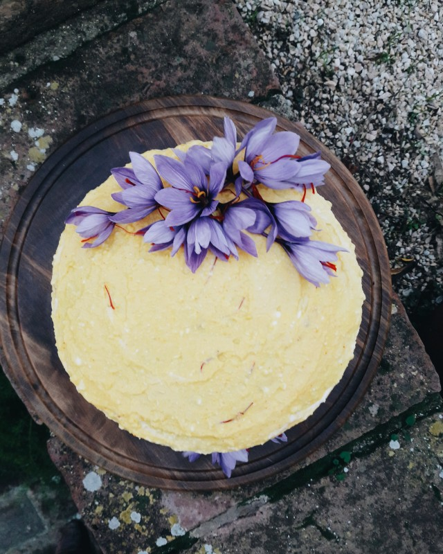 Cake with saffron and ricotta frosting