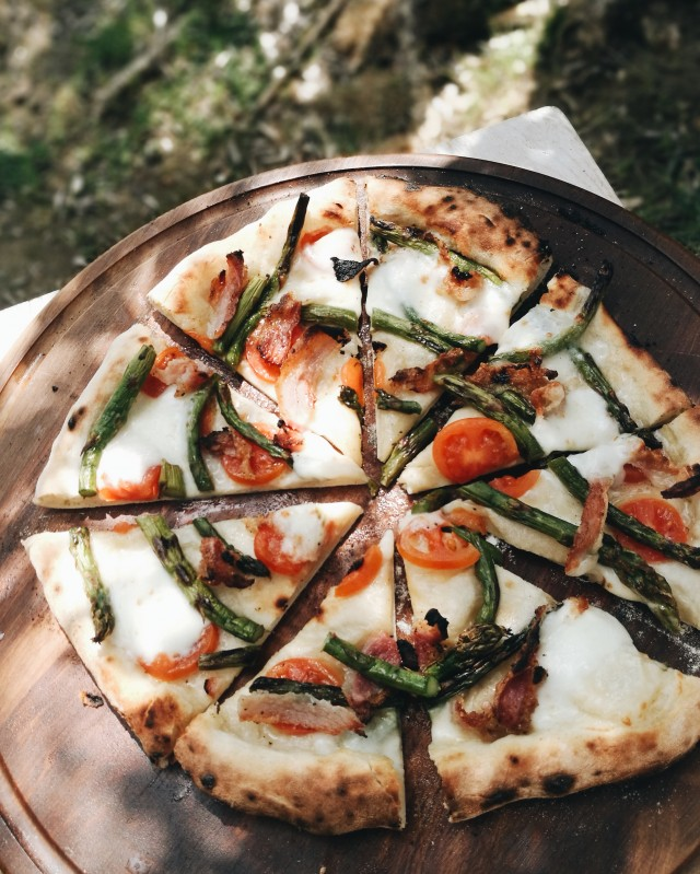 asparagus and guanciale pizza
