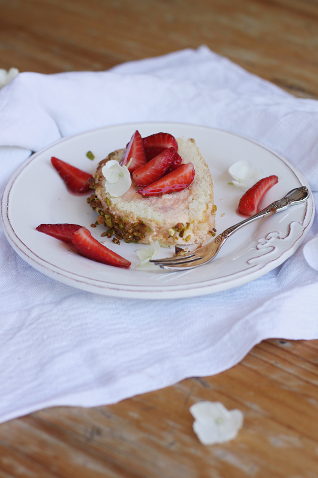 Sponge roll with pistachios and strawberries