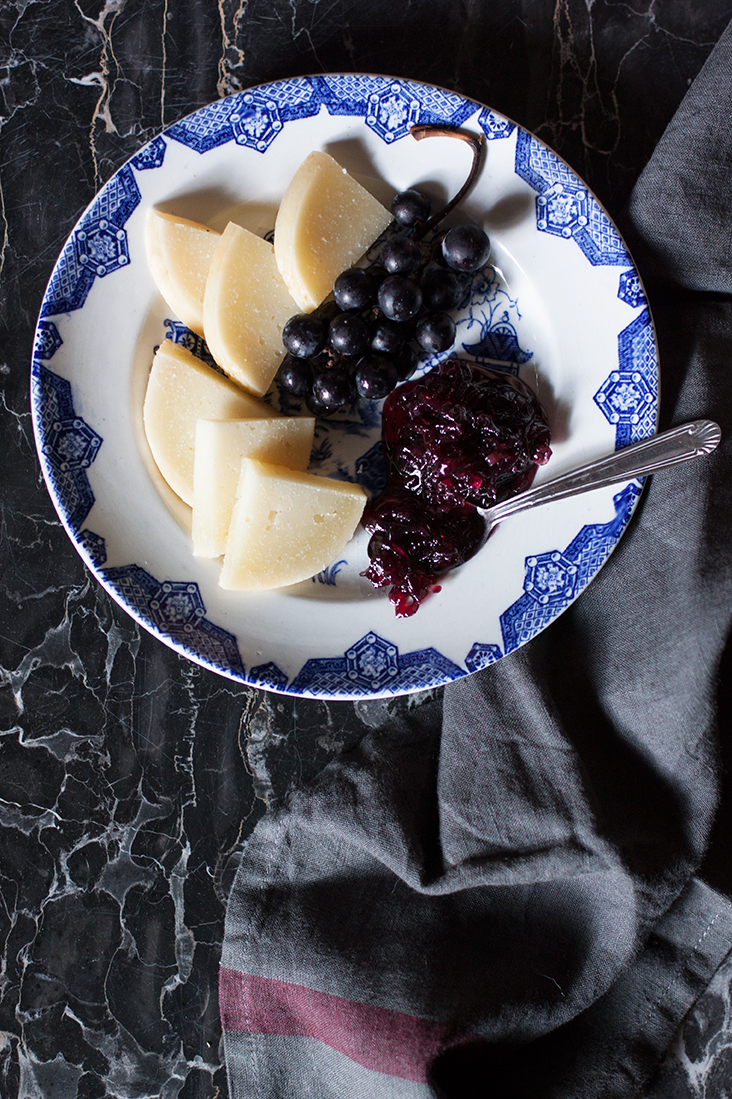 Tropea onion jam with cheese and grapes